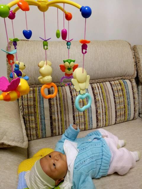 關于寶寶晚上哭鬧_都說太小的寶寶不能走太遠
