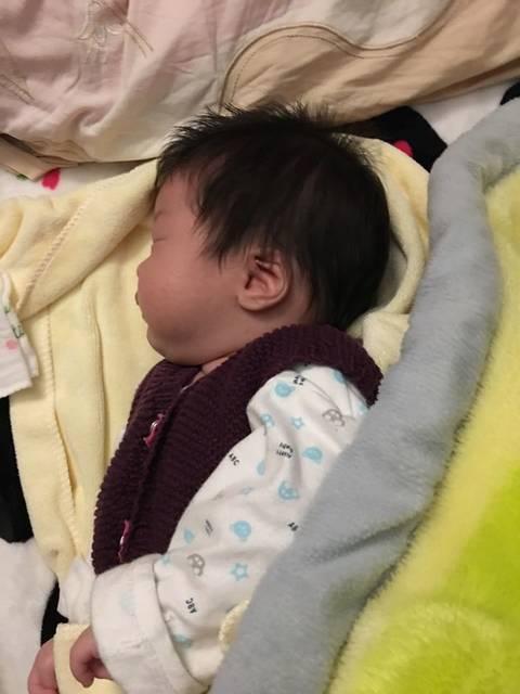 头型睡好看!_宝宝的头型睡好看!宝宝月的头型两个扁了图片