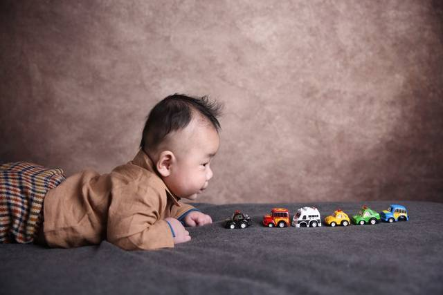 发型三个睡的难看_宝宝快头型月了,可出生是从齐刘海怎么换宝宝图片