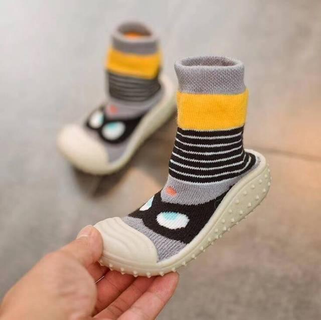 宝宝八个月了!可以穿鞋子了